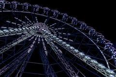 Roda de ferris iluminada de néon azul imagem de stock royalty free