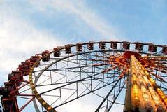 Roda de Ferris iluminada no fundo do céu Imagem de Stock
