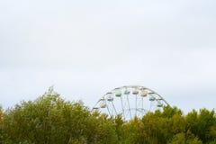 Roda de Ferris na cor do vintage do fundo do céu nebuloso fotos de stock royalty free