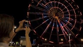 Roda de Ferris na noite na cidade Batumi, Geórgia video estoque