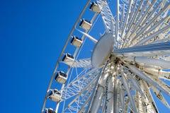 Roda de Ferris no céu azul fotos de stock
