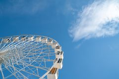 Roda de Ferris no c?u azul com fundo branco das nuvens fotografia de stock