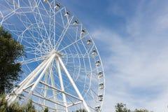 Roda de Ferris no fundo do céu azul Fotografia de Stock Royalty Free