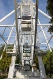 Roda de Ferris no fundo do céu azul Imagem de Stock