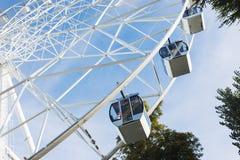 Roda de Ferris no fundo do céu azul Imagens de Stock