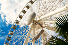 Roda de Ferris no fundo do céu azul com nuvens brancas Imagens de Stock Royalty Free