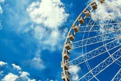 Roda de Ferris no fundo do céu azul com nuvens brancas foto de stock royalty free