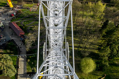 A roda de Ferris no parque de diversões Fotos de Stock