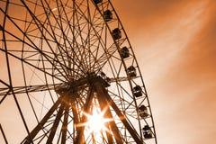 Roda de Ferris no por do sol, céu bonito imagem de stock royalty free