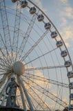 Roda de Ferris no por do sol com escultura em Budapest, Hungria 60 medidores de roda de ferris gigante alta estão no quadrado de  Fotografia de Stock