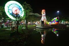 Roda de Ferris perto de uma lagoa com reflexão Imagem de Stock