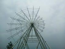 A roda de ferris que está sendo construída, somente metade da estrutura é montada imagens de stock royalty free