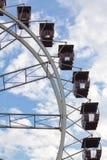 Roda de Ferris sobre o céu azul fotografia de stock royalty free