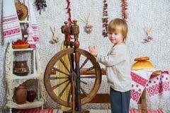 Roda de giro próxima do rapaz pequeno fotografia de stock