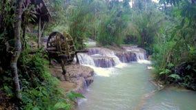 Roda de madeira em Kuang Si Waterfall video estoque