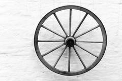 Roda de madeira velha do carro na parede Imagem de Stock