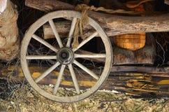 A roda de madeira velha do transporte pendura na parede da barra ucraniana foto de stock