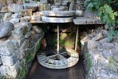 Roda de moinho de pedra antiga imagem de stock