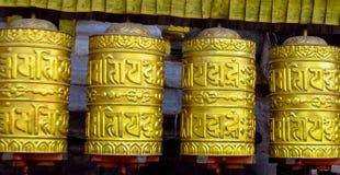 Roda de oração dourada budista do Nepali com símbolos de letra fotos de stock