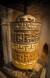 A roda de oração o símbolo icônico do budismo da mantra foto de stock