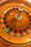 Roda de roleta redonda, de madeira com números em torno da roda Imagens de Stock Royalty Free
