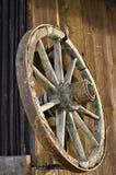 A roda de um carro velho fotografia de stock royalty free