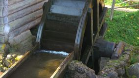 A roda de um moinho de água velho está no movimento Região de Pskov, Rússia filme