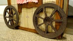Roda de vagão de madeira decorativa Fotografia de Stock