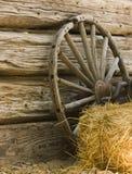Roda de vagão e bala de feno imagem de stock
