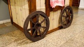 Roda de vagão e vagão de madeira decorativos Imagem de Stock