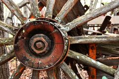 Roda de vagão de madeira velha fotos de stock royalty free