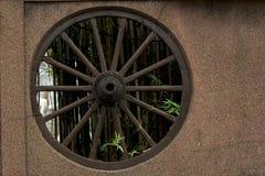 Roda de vagão na parede imagem de stock