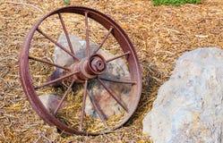 Roda de vagão oxidada na terra Fotos de Stock Royalty Free
