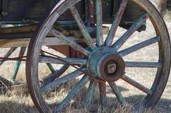 Roda de vagão velha afundado na terra imagem de stock royalty free