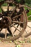 Roda de vagão velha com maçãs Foto de Stock
