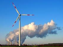 Roda de vento e central eléctrica Imagens de Stock Royalty Free