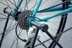 Roda dentada das bicicletas estacionadas no parque Fotos de Stock