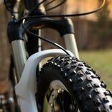Roda dianteira de roda dianteira de um fim do Mountain bike acima fotos de stock
