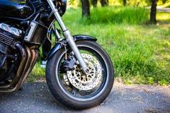 A roda dianteira de uma motocicleta imagens de stock