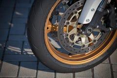Roda dianteira e movimentação de uma motocicleta de competência fotos de stock royalty free