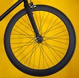 Roda do carbono para a bicicleta da estrada no fundo amarelo Fotografia de Stock Royalty Free