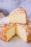 Roda do queijo macio do camembert com parte eliminada na parte superior, placa de corte de madeira Imagem de Stock Royalty Free
