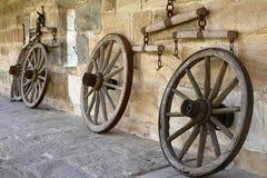 Roda do tempo Imagem preto e branco do vintage das rodas de madeira velhas em um castelo em Baviera, Alemanha Europa Imagem de Stock