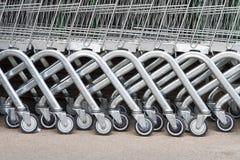 Roda dos carrinhos de compras em um parque de estacionamento Imagens de Stock