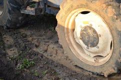 Roda dos tratores com lama Fotos de Stock