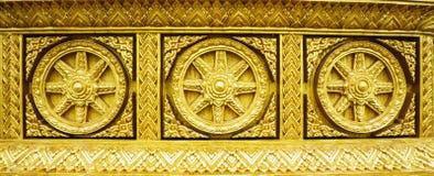 Roda dourada do buddhism do dharma Fotos de Stock