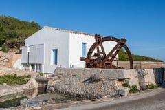 Roda e comporta oxidadas do watermill Imagens de Stock Royalty Free