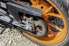 A roda e a corrente alaranjadas traseiras do esporte bike Feche acima do tiro Imagens de Stock Royalty Free