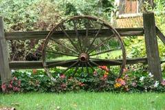 Roda e flores de vagão fotos de stock