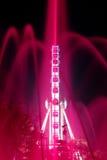 Roda e fonte iluminadas na noite Imagens de Stock Royalty Free